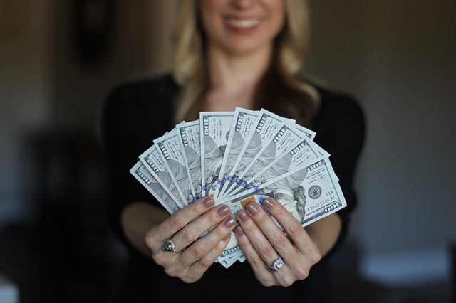 Itchy Right Palm: Does Right Hand itching indicate Money into your life?